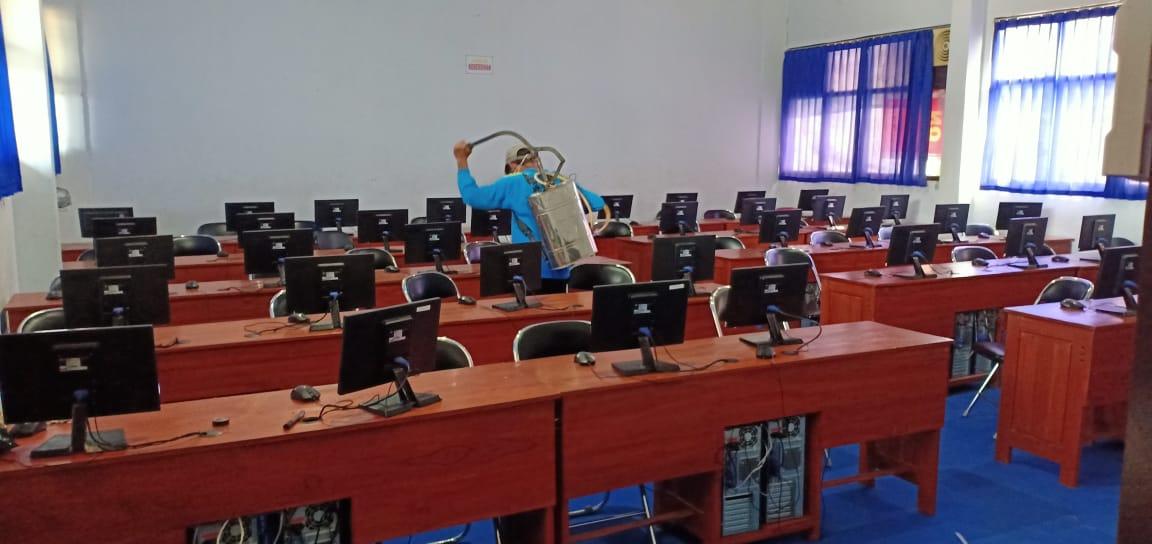 Penyemprotan di laboratorium komputer